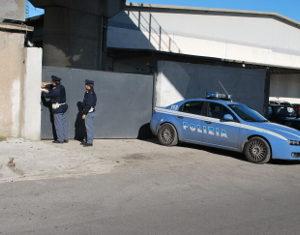 Casandrino, scoperto capannone con auto rubate. La polizia indaga