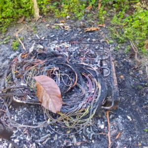 Cuoceva su una griglia i cavi elettrici per poi rivenderne il rame; bloccato dalla polizia