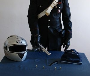 Carabinieri arrestano un rapinatore che si libera di una pistola modificata con micidiali munizioni