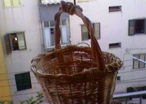 Castellammare, usavano un vecchio panaru per vendere la droga che nascondevano tra calzini e mutande