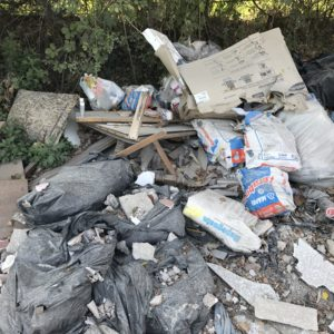 """Discarica a cielo aperto a Casandrino. Cumuli di rifiuti abbandonati e """"inquadrati"""" dalle telecamere"""