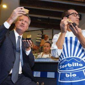Napoli, Bill De Blasio all'inaugurazione della nuova pizzeria di Sorbillo a New York. Borrelli, i pizzaioli napoletani stanno invadendo il mercato mondiale
