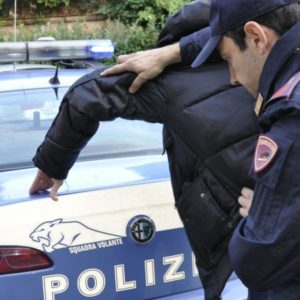 Pozzuoli, Folla accerchia poliziotti per impedire l'arresto di un 18enne. Duecento le persone scese in strada