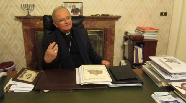 Aversa, il Vescovo Angelo Spinillo pressato dalla stampa sospende Don Michele Barone. Il sacerdote che fingeva di esorcizzare una 13enne non potrà più celebrare messa