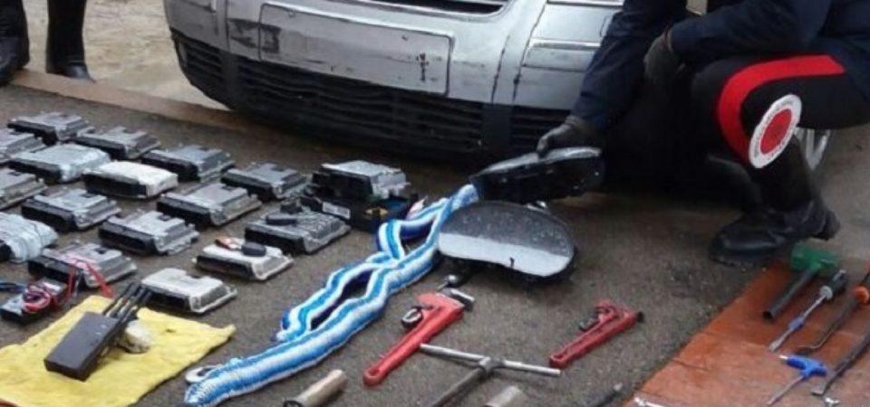"""Napoli, carabinieri arrestano 15 persone """"specializzate"""" nei furti e nella ricettazione o riciclaggio di auto. Sgominato un giro d'affari di 300 mila euro al mese"""