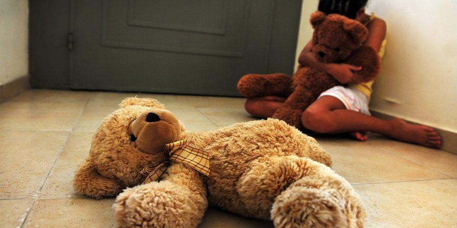 Giugliano, per tre anni ha abusato delle figlie dopo il divorzio dalla moglie. Le violenze nella casa dei nonni.  Arrestato papà orco
