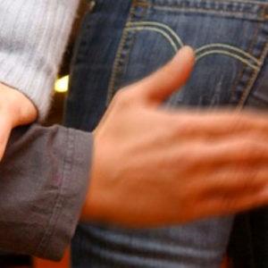 Caserta, palpeggia il sedere ad una 12enne e la filma mentre prova abiti in camerino. Arrestato 44enne. Nella sua abitazione rinvenuti altri video