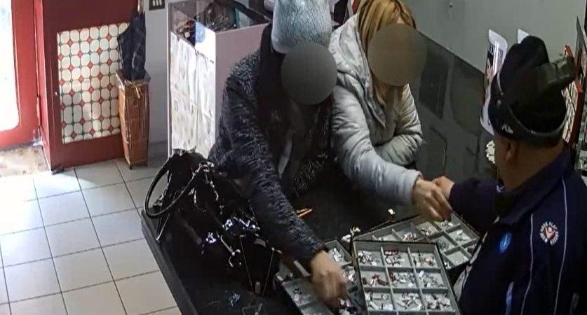 Torre del Greco, sfilano un ciondolo di 600 euro sotto il naso di un gioielliere. Arrestate due pregiudicate. Guarda il video del furto